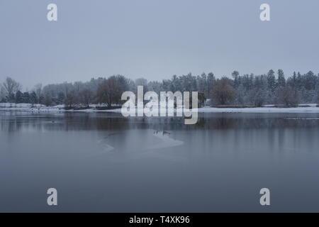 Le Lac Dow commence à geler pendant que l'hiver s'installe, Ottawa, Ontario, Canada. Banque D'Images