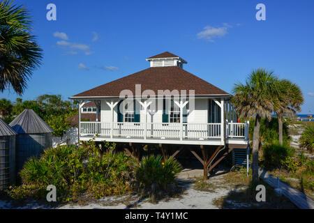 Ciel bleu et soleil Mettez le port historique Boca Grande Phare et musée, construit en 1890 à Boca Grande, FL sur Gasparilla Island Banque D'Images