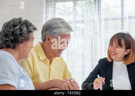 Asian senior couple with financial advisor sur la fiscalité et la retraite document à home.happy aging de home concept Banque D'Images