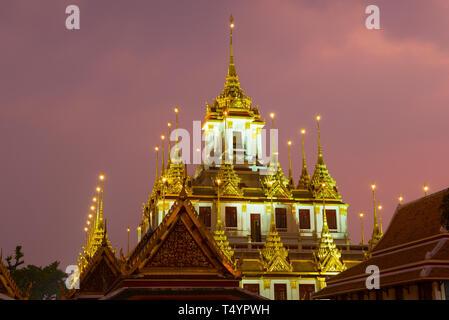 Haut de Chedi Loha Prasat dans l'éclairage de nuit. Temple Bouddhique Wat Ratchanatdaram Woravihara , Bangkok Banque D'Images