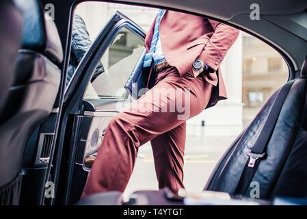 Portrait sur l'arrière dans une limousine de luxe Banque D'Images
