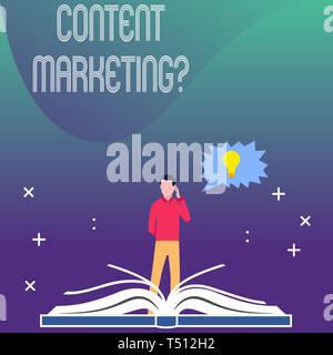 Écrit remarque montrant Content Question Marketing. Concept d'entreprise implique de création et au partage de documents en ligne Homme debout derrière J Livre ouvert