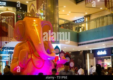 Delhi, Inde - Circa 2019: statue de dieu indien ganesha à l'aube de Ganesh Chaturti. Les nouveaux centres commerciaux avec de multiples points de vente sont de marque Banque D'Images
