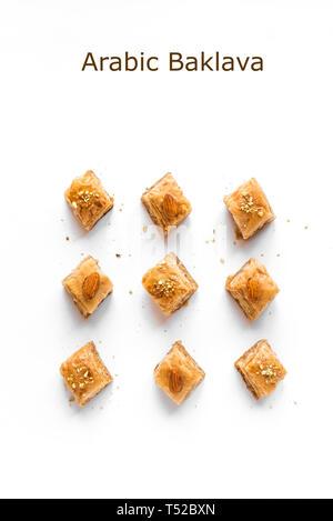 L'arabe Baklava. Ramadan turc Dessert Baklava aux noix et miel isolé sur blanc. Banque D'Images