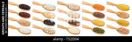 Cuillère en bois avec du porridge, différentes céréales, grains et flocons isolé sur fond blanc avec clipping path Banque D'Images