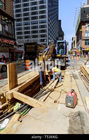 19 APRYL 2019 NY. USA Remplacement des travailleurs effectuant des travaux de creusement road renouvellement canalisation travaux sur une ligne de ravitaillement sur Manhattan Banque D'Images