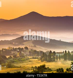 Lever de soleil sur la Toscane paysage brumeux village scène près de Florence, en Italie. Banque D'Images