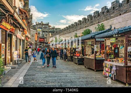 GUILIN, CHINE - le 01 novembre: c'est un marché de rue et sur la rue près de la rue piétonne Zhengyang sur Novembre 01, 2018 à Guilin Banque D'Images