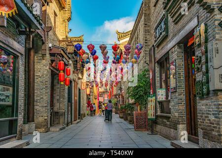 GUILIN, CHINE - Novembre 01: bâtiments chinois traditionnels dans une ruelle dans le quartier commerçant près de la rue piétonne Zhengyang sur Novembre 01, 2018 dans G Banque D'Images