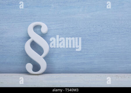 Close-up d'un symbole paragraphe s'appuyant sur un mur bleu