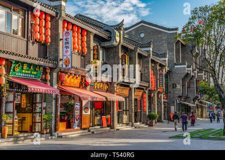 GUILIN, CHINE - Novembre 01: bâtiments chinois traditionnels et des magasins dans la rue piétonne Zhengyang une destination de voyage populaires sur Novembre 01, 2018 Banque D'Images