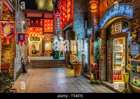 GUILIN, CHINE - le 01 novembre: c'est une rue commerçante avec des bâtiments chinois traditionnels près de Zhengyang Stret piétonne sur Novembre 01, 2018 à Guil Banque D'Images