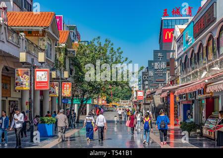 GUILIN, CHINE - le 01 novembre: c'est la rue piétonne Zhengyang, la principale rue commerçante de la ville de Guilin dans le Novembre 01, 2018 à Guilin Banque D'Images