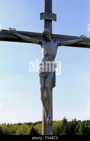 La crucifixion est une méthode de la peine capitale dans laquelle la victime est liée ou cloué sur une grande poutre de bois et à gauche à accrocher, peut-être pour plusieurs jours, jusqu'à la mort éventuelle d'épuisement et de l'asphyxie. La crucifixion de Jésus est un récit central dans le Christianisme, et la croix (parfois représentant Jésus cloué sur elle) est le principal symbole religieux pour de nombreuses églises chrétiennes. Banque D'Images
