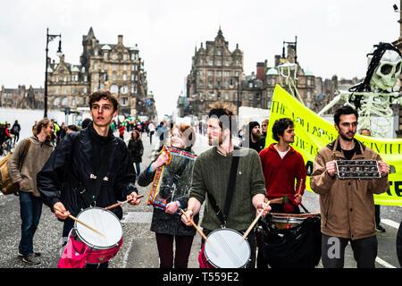 Edinburgh, Ecosse, Royaume-Uni. 16 avril 2019. L'arrêt des manifestants rébellion Extinction North Bridge, une artère principale dans le système de transport d'Édimbourg. Pe 200