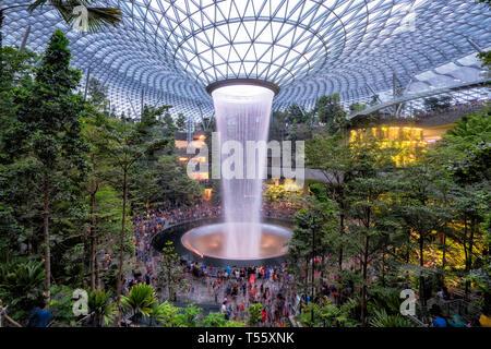 Singapour - Singapour: 19 avril rendez-vous citoyen pour voir l'incroyable cascade intérieure au Joyau de l'aéroport de Changi sur avril 19,2019. Banque D'Images