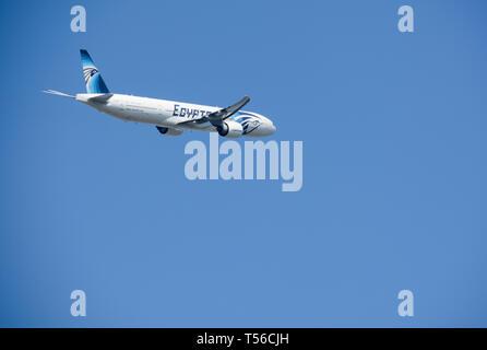 Un jet d'EgyptAir à basse altitude avion décollant de l'aéroport Heathrow de Londres, UK Banque D'Images