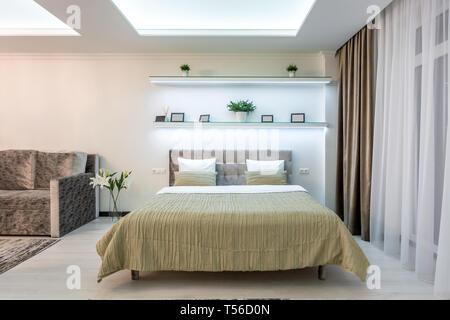 MINSK, BÉLARUS - Avril 2019: lit en bois à l'intérieur de la chambre à coucher moderne en télévision loft appartements en cher