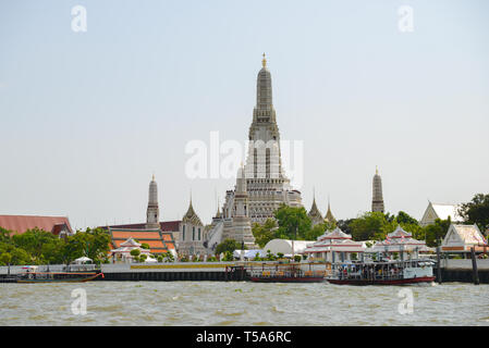 Wat Arun Temple pagode avec des tours à Bangkok, Thaïlande. Le bouddhisme thaïlandais populaires vue autour de voyageurs.