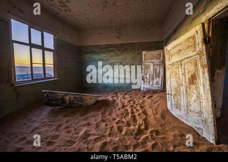 Ruines de la ville minière Kolmanskop dans le désert du Namib près de Luderitz en Namibie