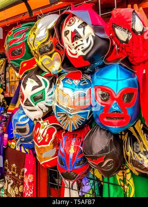 Les masques de catch mexicain de lucha libre à la vente sur Olivera Street dans la vieille ville historique de Los Angeles, Californie. Banque D'Images