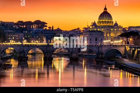 Tibre, et Sant'Angelo et le pont de la Basilique Saint-Pierre de Rome, Italie Banque D'Images