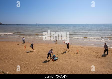 Photo datée du 21 avril montre aux gens sur la plage à jouer au cricket à Walton-on-the-Essex,?,sur Pâques dimanche après-midi et de faire le plus pour le temps chaud.