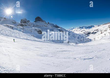 Beau paysage d'hiver avec les Alpes suisses. Ski skieurs dans Engelgerg fameux Titlis - Station de ski, la Suisse, l'Europe. Banque D'Images