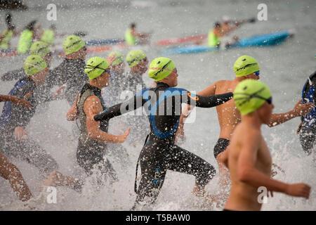 Les nageurs en compétition dans l'océan la 14ème épreuve de la plage de North Shore, Takapuna Beach Série, Auckland, Nouvelle-Zélande, le mardi 27 février 2007 Banque D'Images