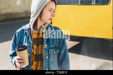Jeune femme dans les tenues sur une rue de la ville Banque D'Images