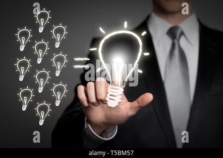 L'innovation en entreprise - concept d'affaires en fonction de l'écran tactile bouton d'interface virtuelle presses - ampoule incandescent Banque D'Images