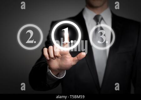Concept d'affaires - man in suit appuie sur le bouton de l'interface tactile virtuel - classement la première place Banque D'Images