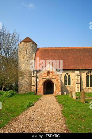 Une vue de la tour ronde et le sud porche de l'église de St Mary à Moulton St Mary, Norfolk, Angleterre, Royaume-Uni, Europe. Banque D'Images
