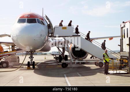 Vue latérale avant de passagers de descendre laissant un avion Easyjet avion sur le tarmac de l'aéroport de Bristol England UK Grande-bretagne KATHY DEWITT