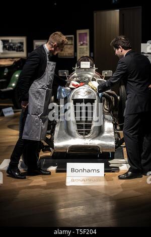 """Aperçu de l'âge de 'effort"""" Exposition consacrée à Bentley à Bonhams, avec l'équipe de Bentley voiture 'Mère' 1928 Le Mans gagnant."""
