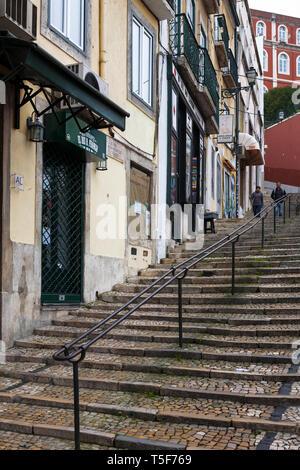 Calçada do Duque, une voie abrupte menant au Bairro Alto, Lisbonne, Portugal Banque D'Images