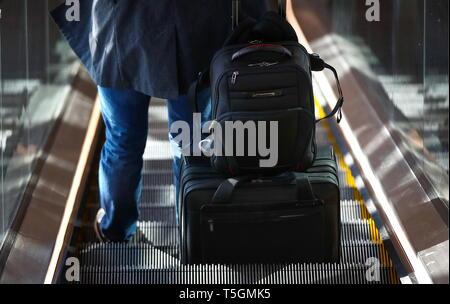 Saint-pétersbourg, Russie. Apr 19, 2019. Saint-pétersbourg, Russie - le 19 avril 2019: un passager avec les bagages à l'Aéroport International Pulkovo. Valery/Sharifulin Crédit: TASS ITAR-TASS News Agency/Alamy Live News Banque D'Images