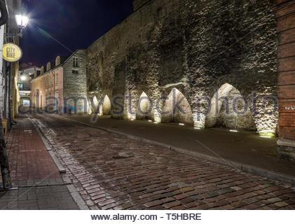 Les bâtiments de la vieille ville de Tallinn illuminée dans la nuit. La ville médiévale et des tours Banque D'Images