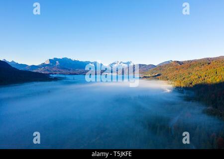 L'Allemagne, la Haute-Bavière, Isarwinkel, la vallée de l'Isar, près de la rivière Isar Wallgau, du Wetterstein et Zugspitze en arrière-plan Banque D'Images