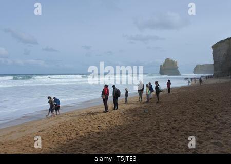 MELBOURNE, VIC - AVR 19 2019:vue paysage de falaises avec méconnaissable personnes marche sur une plage de mesures Gibson Port Campbell National Park al Banque D'Images