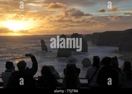 Silhouette de touristes méconnaissable à Port Campbell National Park, à la recherche à la douze apôtres pendant le coucher du soleil le long de la Great Ocean Road à Victo