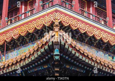 Détails toit aussi appelé temple de Yonghe Temple Lama de l'école Gelug du bouddhisme tibétain dans le district de Dongcheng, Beijing, Chine Banque D'Images