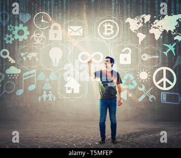 Casual young man en appuyant sur un bouton à l'infini sur l'écran digital interface. L'index mâles un hologramme tactile pour l'affichage des fonctionnalités d'accès illimité. Mode Banque D'Images