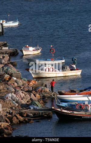 Bateaux de pêche dans un port du village Banque D'Images