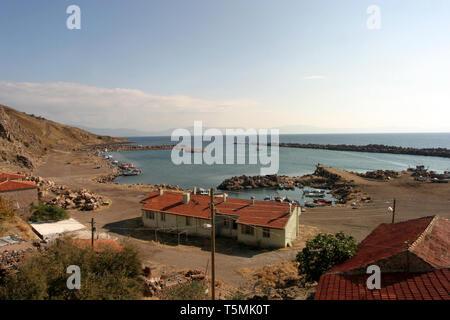 Les bateaux de pêche et le port à beau village Babakale à Canakkale, Turquie. Banque D'Images