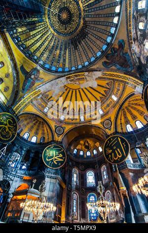 Istanbul - Jan 2016: bas en haut Vue de l'intérieur de Sainte-sophie, montrant le haut de la coupole principale avec texte islamique (début du verset de la lumière)