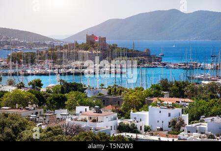 Vue sur le port de plaisance de Bodrum, l'ancien château et dans la mer Egée en Turquie Banque D'Images