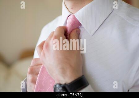 Homme corrige sa cravate Banque D'Images