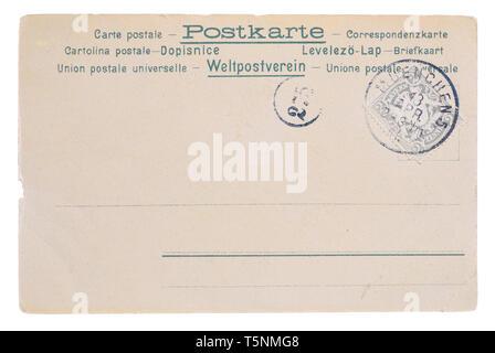 Carte postale jaunie vintage blanc, vers 1890, l'arrière avec de vieux post bavarois allemand et meter stamp, et le texte de l'union postale, carte postale et isolé sur Banque D'Images