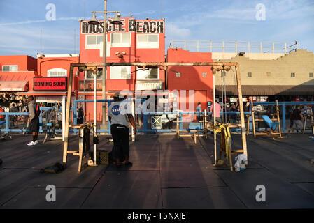 LOS ANGELES, CA/USA - 17 novembre 2018: la célèbre Muscle Beach poids plume à Venice Beach en Californie Banque D'Images